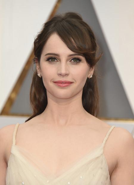 Felicity Jones fiel a su inseparable flequillo en la alfombra roja de los Oscar 2017