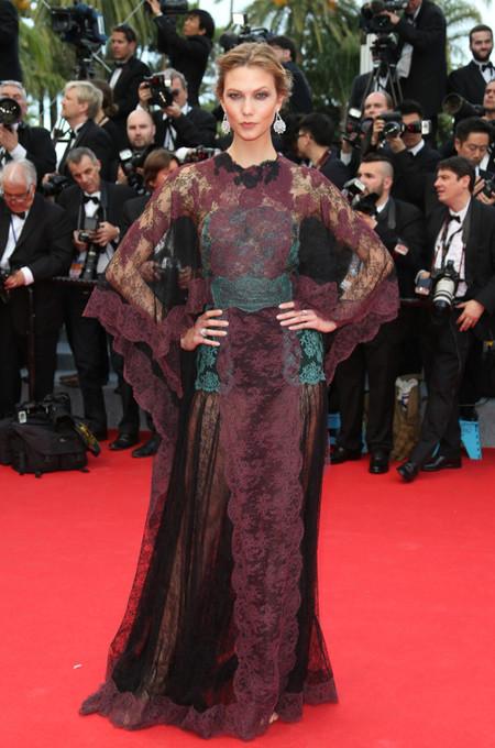 Karlie Kloss deslumbra en Cannes con un recogido bajo muy elegante