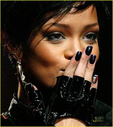 Rihanna lleva a Obama en las uñas
