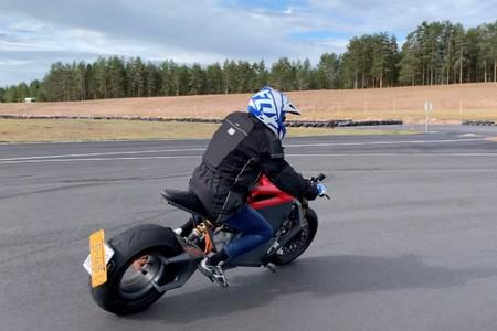 La moto eléctrica de RMK con rueda sin buje no era sólo humo: ya está rodando