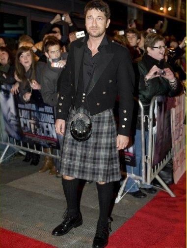 Gerard Butler ¡pero qué bien te queda la falda!