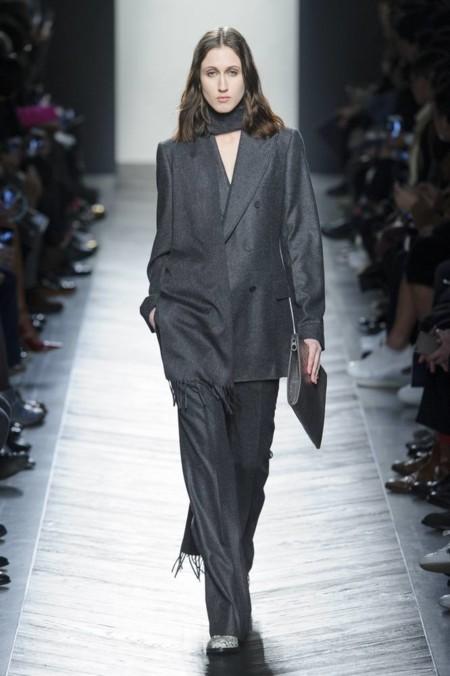No sólo es cosa de hombres: las mujeres se visten de traje en los desfiles de Milán