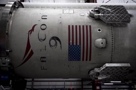 El cohete Falcon 9 que volvió a tierra está descansando en el hangar, preparado para un nuevo lanzamiento