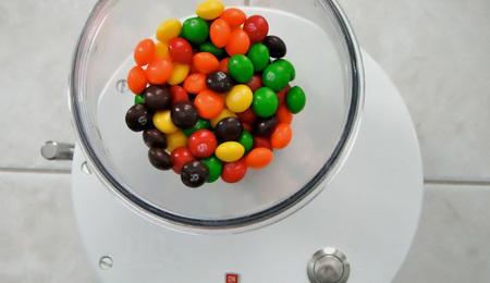 Imprescindible: la máquina que separa caramelos por colores