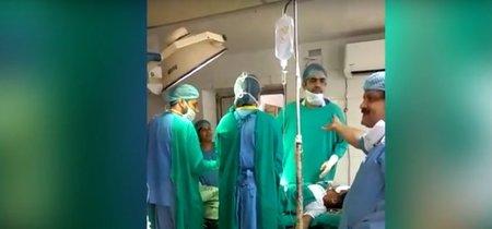 Dos médicos pelean durante una cesárea de emergencia y el bebé muere poco después