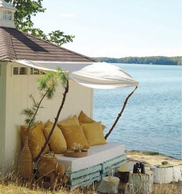 Un rincón de relax hecho con ramas y palés