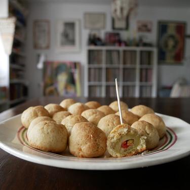 Aceitunas rebozadas con queso: receta de un exquisito aperitivo de los años 50 (en memoria de Julia Reed)