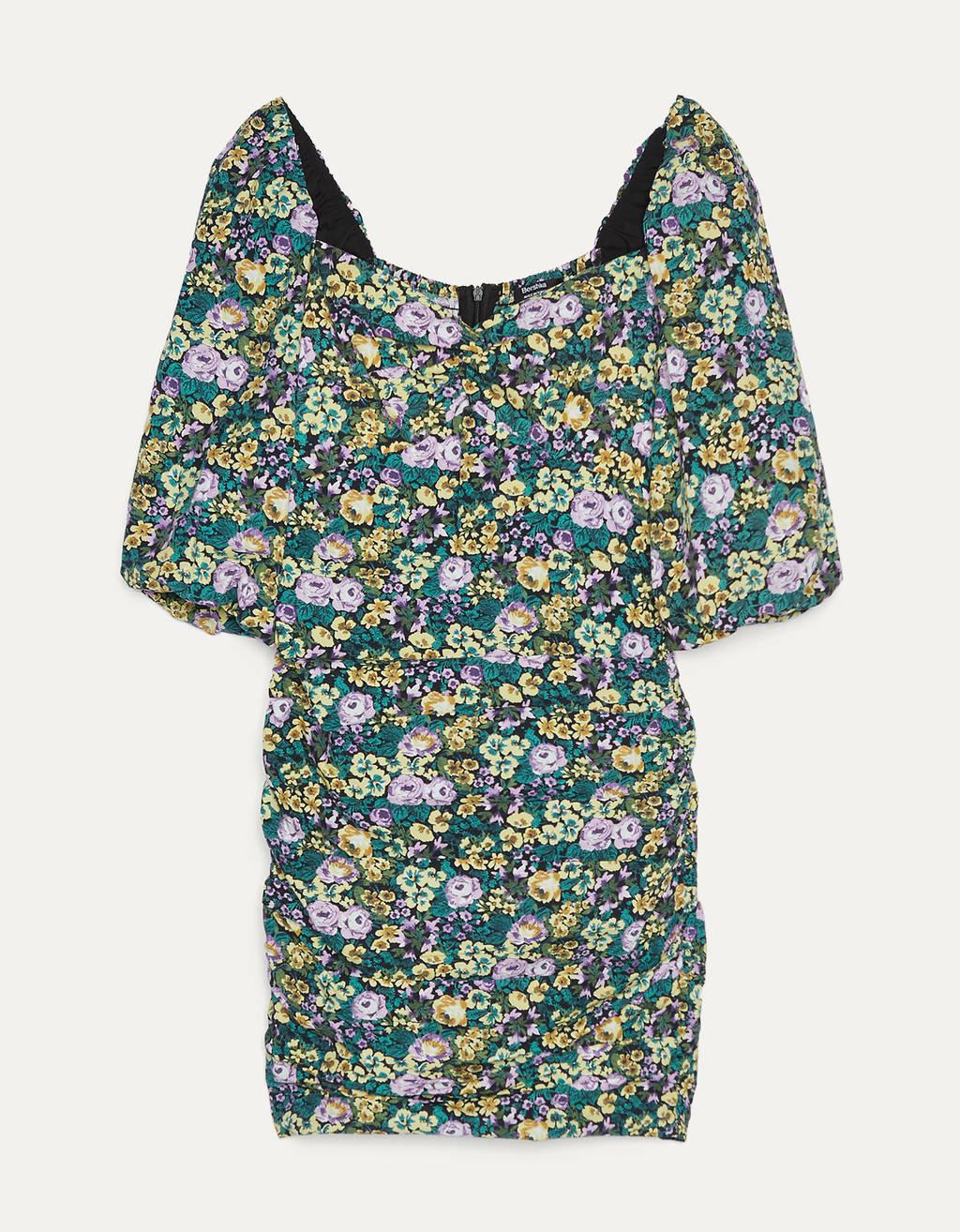 Vestido corto de flores con escote corazón y manga 3/4 con fruncido en pechera y falda.