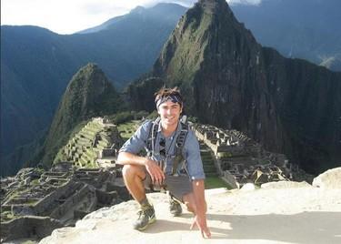 Zac Efron se marca un Lina Morgan en el Machu Picchu