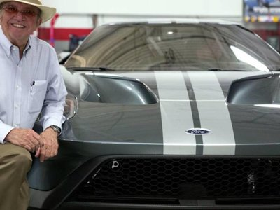 Jack Roush deja sentir su emoción en video al recibir su flamante Ford GT