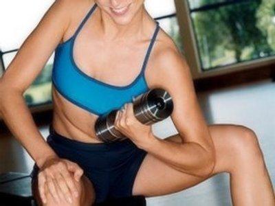 No olvidemos las pesas para reducir grasa corporal