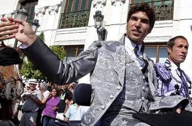 Cayetano Rivera torea en Ronda vestido de Armani