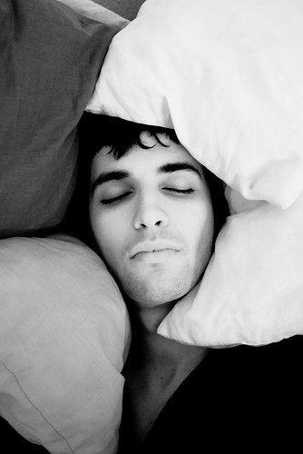 ¿Bolsas bajo los ojos? Duerme con la cabeza algo alzada