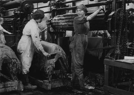 Trabajadoras Del Cuero En El Interior De La Fabrica