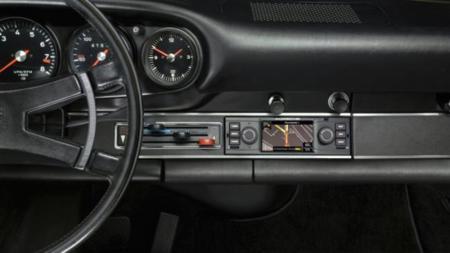Porsche no se olvida de sus clásicos y ofrece tecnología en el salpicadero de un 911
