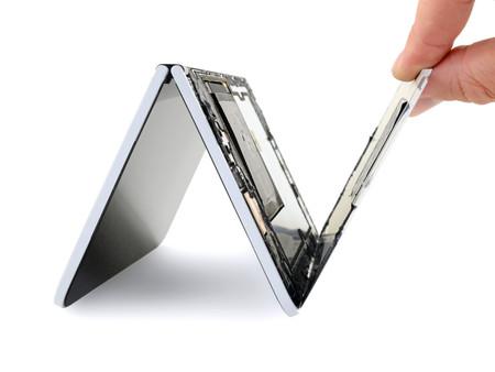 Para iFixit el Surface Duo es muy difícil de reparar: adhesivo por doquier y otros factores le dan una puntuación muy baja