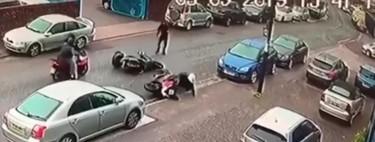 Un hombre salva su moto de tres ladrones a puñetazos y patadas después de ser embestido