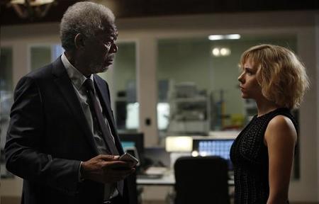 Morgan Freeman y Scarlett Johansson en