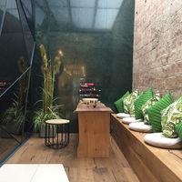 Madera, piedra y papeles tropicales para crear una sensación de confort en Signature Organic Spa