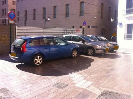 Coches oficiales mal aparcados