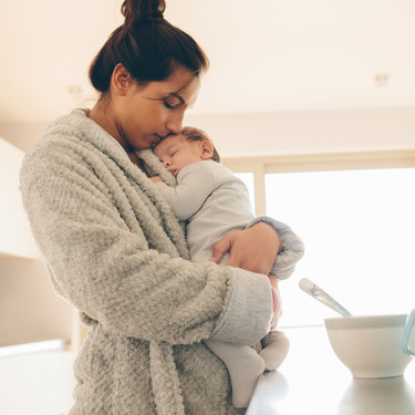 ¿Por qué tu bebé deja de llorar cuando te pones de pie al tenerlo en brazos? La ciencia nos lo explica