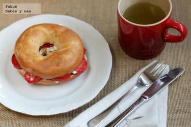 Receta de Bagels con fresas y queso crema para desayunar el domingo