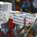 De dónde viene la tradición catalana de celebrar Sant Jordi regalando rosas y libros