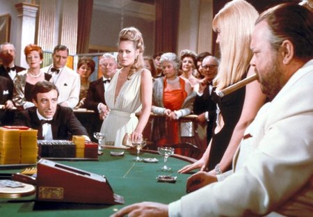 Peter Sellers, Ursula Andress y Orson Welles en Casino Royale