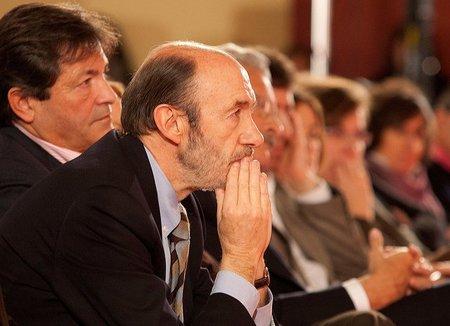 Rubalcaba quiere más impuestos para los bancos y el impuesto para los ricos