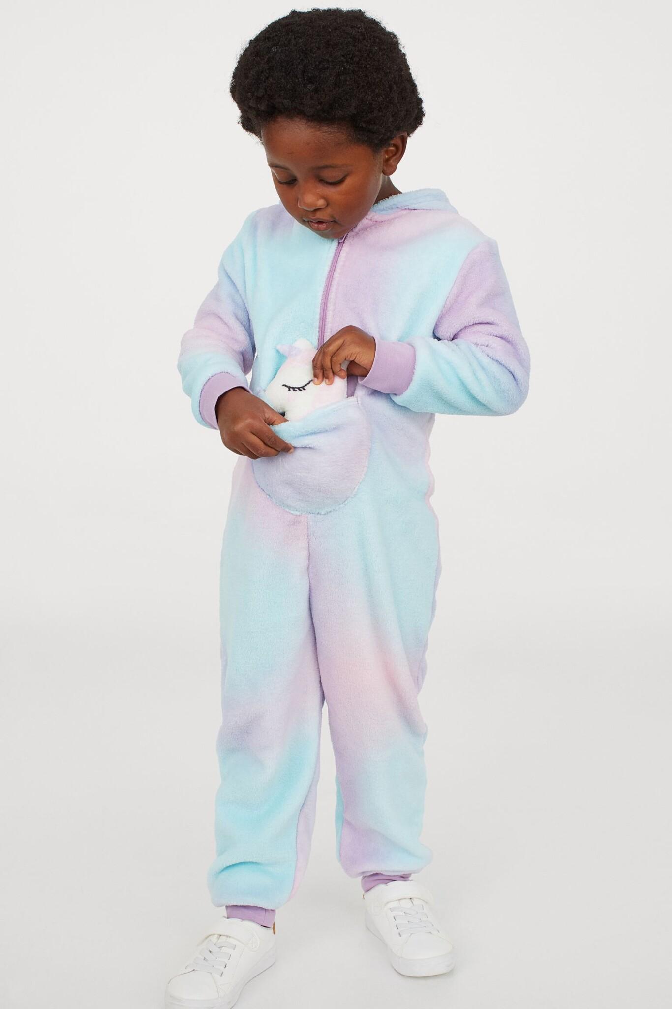 Disfraz de animal de peluche con bebé acolchado a juego. Modelo en peluche suave con bolsillo canguro con espacio para el bebé, capucha con aplicaciones de oreja y cremallera con protección para la barbilla.
