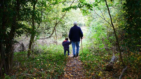 abuelo paseando con nieto