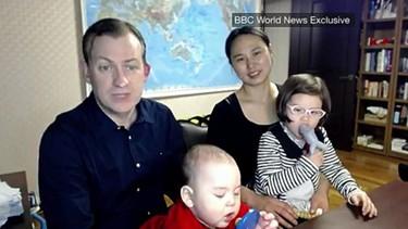 """""""Es una comedia de errores"""": el profesor entrevistado por la BBC y su familia cuentan el detrás de escena del vídeo viral del año"""