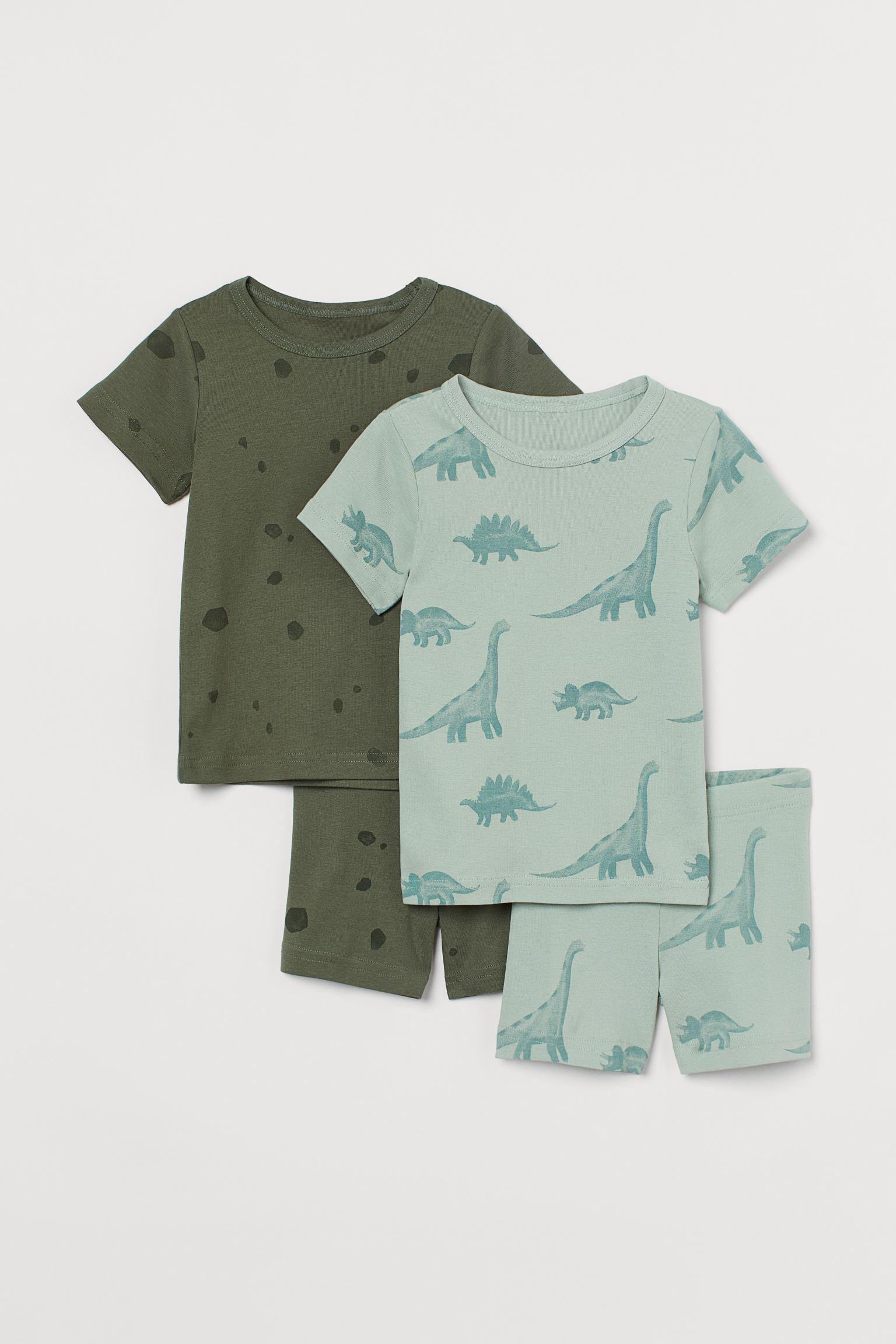 Pijamas en punto suave de algodón. Camiseta de manga corta con cuello fino ribeteado en punto elástico de canalé. Pantalón corto con elástico revestido en la cintura.