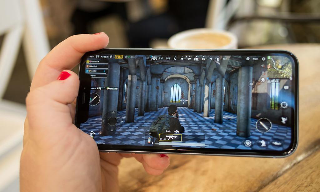 Apple prepara un iPhone con triple cámara y otro con pantalla LCD para este año, según WSJ