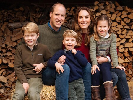 Los Duques de Cambridge posan con sus hijos en el campo para su felicitación navideña 2020 y el Príncipe Carlos hace lo mismo junto a Camilla