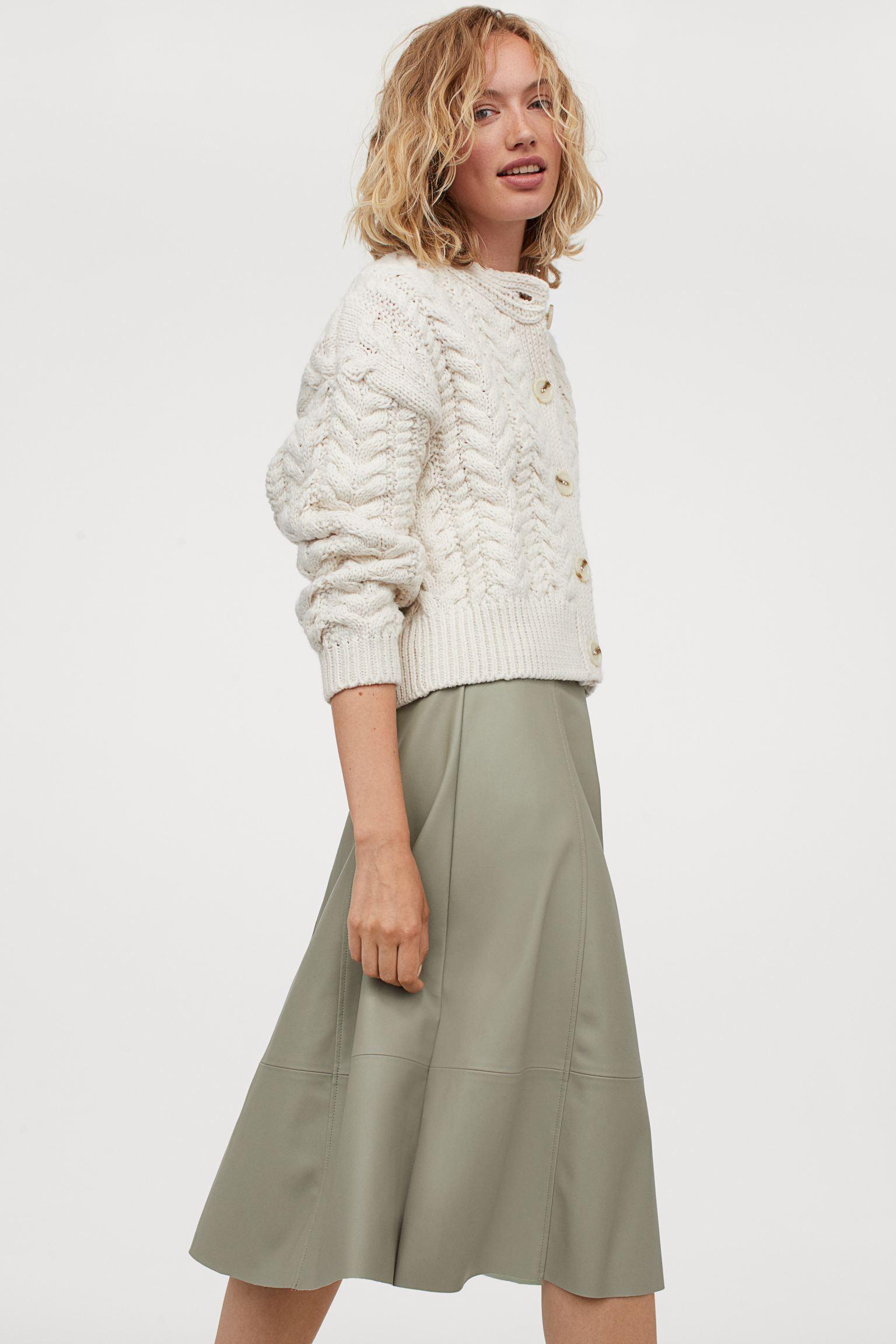 Falda midi con vuelo en tono khaki de piel sintética
