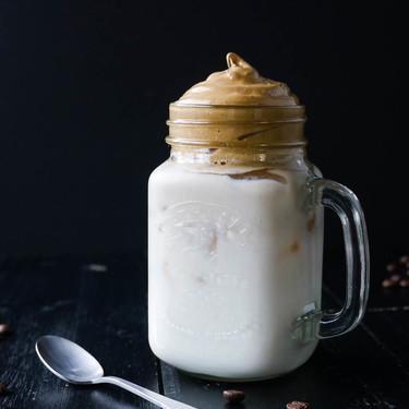Cómo hacer Dalgona coffee, el café más refrescante que arrasa en las redes sociales (con vídeo incluido)