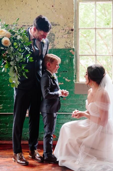 El precioso detalle de una novia a su hijastro en el día de su boda: obsequiarle un anillo para celebrar el inicio de su familia