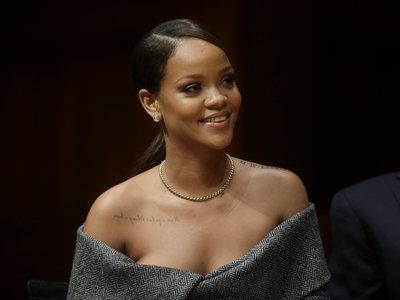 Rihanna acude a Harvard para recibir el premio Humanitario y luce un look que ninguna madre aprobaría