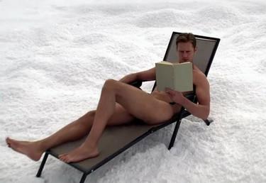 Alex Skarsgard sí que sabe tomar el sol