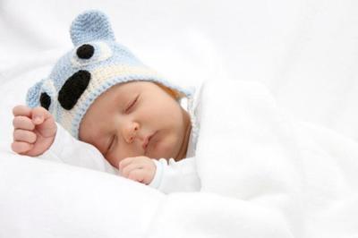 A pesar de que el bebé no debería dormir con ropa de cama blanda, muchos padres la siguen utilizando