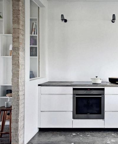 Cocina blanca con suelo de cemento