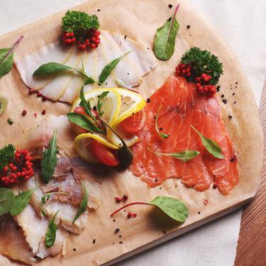 Cómo preparar una tabla de ahumados: pescados, panes, salsas y guarniciones para que quede perfecta