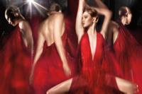 Karlie Kloss se mira en el espejo de Donna Karan para la campaña Otoño-Invierno 2014/2015