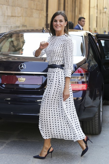 El vestido de Massimo Dutti que lució la Reina está otra vez a la venta en una nueva versión (y nos gusta más para el invierno)