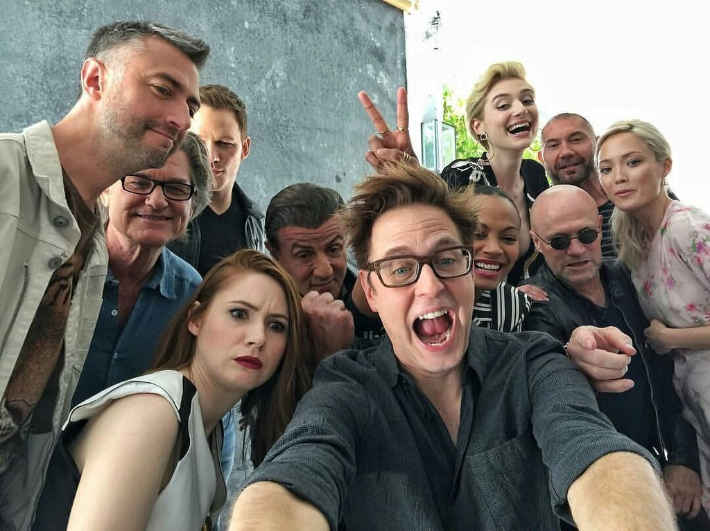 James Gunn con el reparto de Guardianes 2