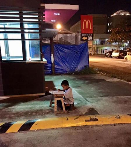 La foto de un niño sin hogar haciendo los deberes a la luz de un McDonald's se convierte en inspiración para miles de personas