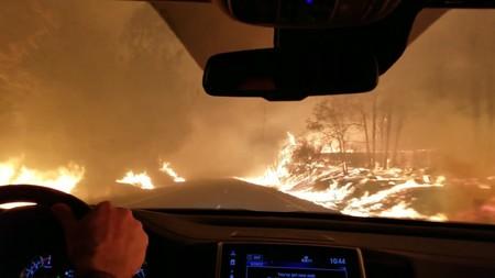 En California hay gente huyendo del infierno en coche, y eso nos enseña cómo escapar en un incendio