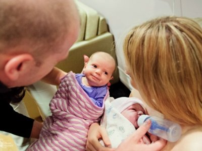No podían tener hijos y acabaron siendo padres de dos bebés nacidas con cinco semanas de diferencia