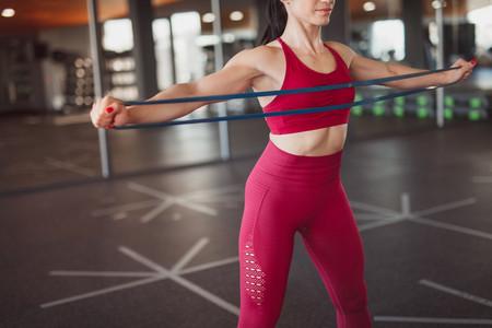 Entrena tus brazos en casa con unas gomas elásticas: cinco ejercicios para hacer en tu salón